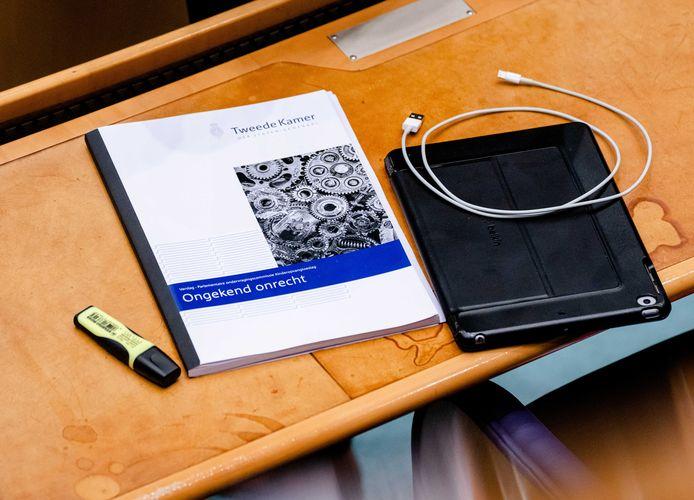 Archieffoto. Het rapport Ongekend Onrecht van de Commissie Van Dam, tijdens een debat over het aftreden van het kabinet naar aanleiding van de toeslagenaffaire.