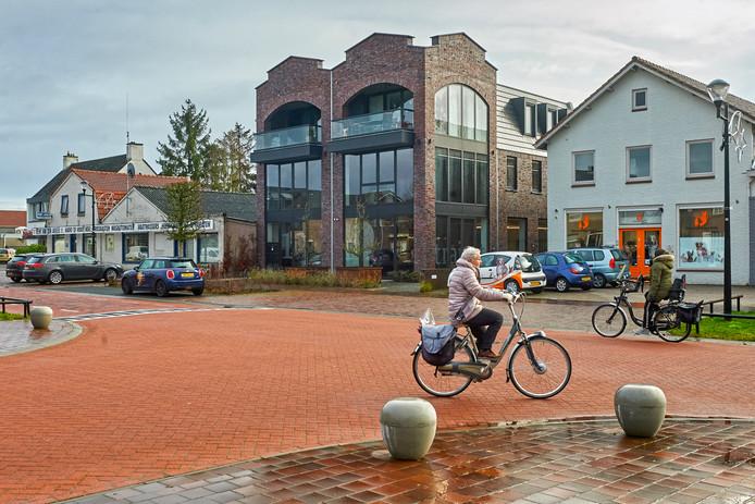Het nieuwe kantoorpand met appartementen aan 't Dorp 13 in Heesch.