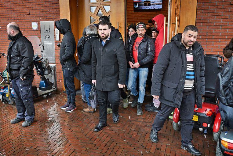 Gelovigen verlaten de Ulu Camii Moskee na het vrijdagmiddag gebed. Beeld Guus Dubbelman / de Volkskrant