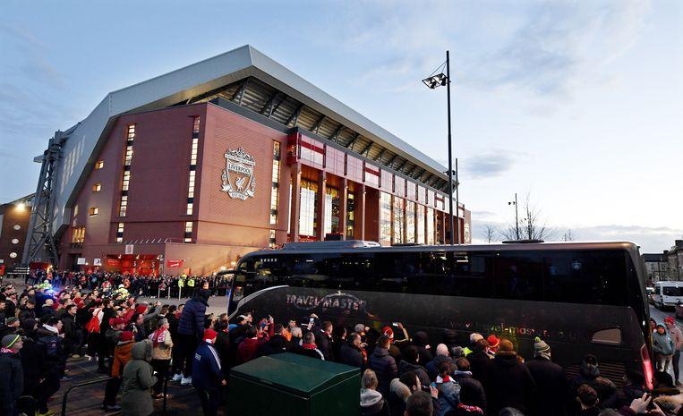 De aankomst van de bus van Atlético op Anfield Road.
