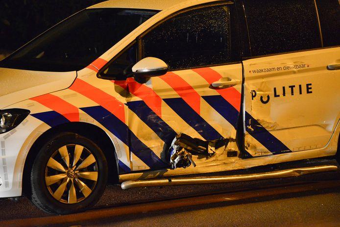 Aanrijding tussen twee politievoertuigen.