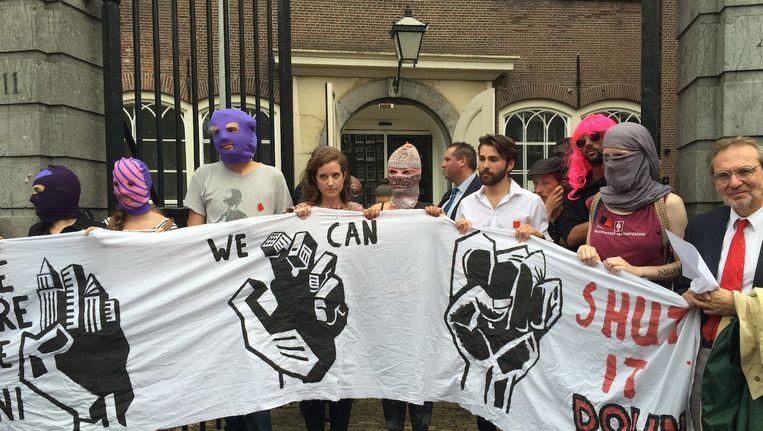 De demonstranten bij de ingang van de Oude Lutherse Kerk. Beeld Lorianne van Gelder