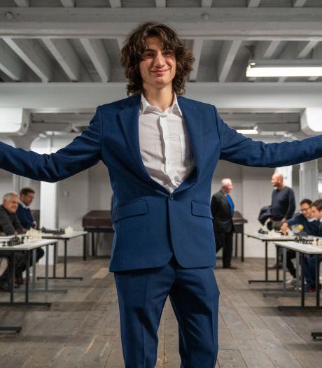 Daniel Dardha (16) neemt 25.000 euro in ontvangst voor het behalen van de  hoogste titel in schaken