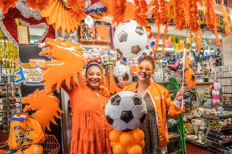 Wendy (l) en Joy Giphart van Dam Feestartikelen. Wendy: 'Zeven jaar geleden verkochten we  alles, als het maar oranje was.' Beeld Joris van Gennip