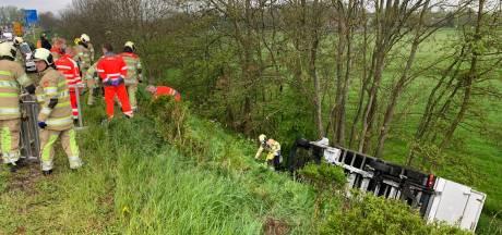 Vrachtwagen ramt auto en rijdt van talud op N201: hulpdiensten rukken massaal uit