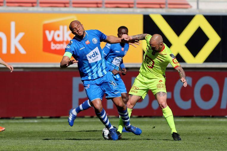 Odjidja en Defour vechten om de bal. Beeld Photo News