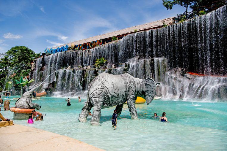 Het atrractiepark in de sfeer van Escobars dierentuin. Beeld