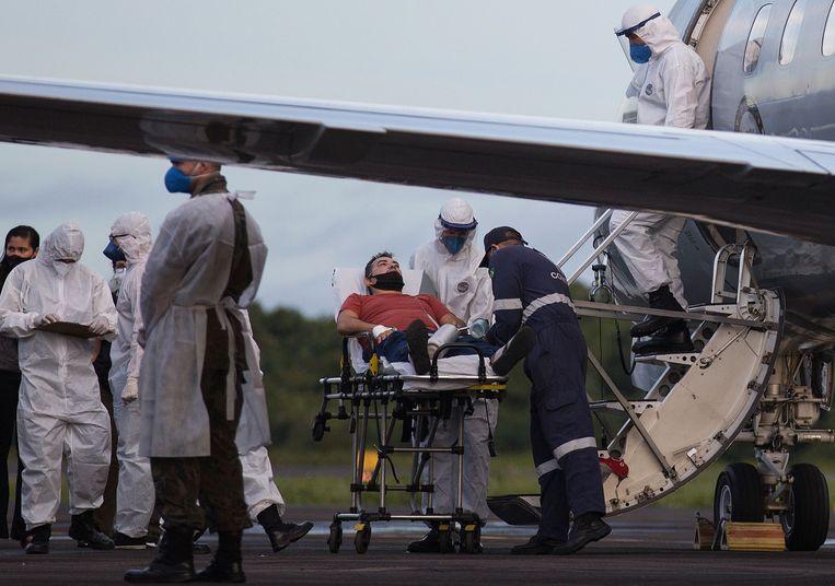 Patiënten werden vrijdag met militaire vluchten van Manaus naar het noordoosten van Brazilië gevlogen. Beeld AFP