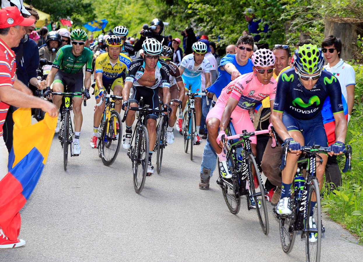 Nairo Quintana (in het roze) kan maar net een toeschouwer ontwijken op de Monte Zoncolan.