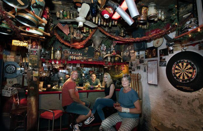 Tina van Soest met haar dochter Annelies en man Eddo (tevens stamgast). Achter de bar zoon Jonathan.