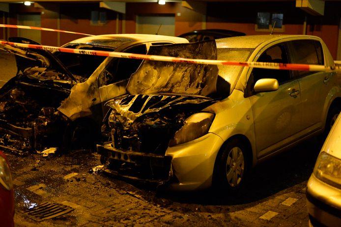 Twee auto's verloren gegaan door brand in Breda aan de Calandstraat.