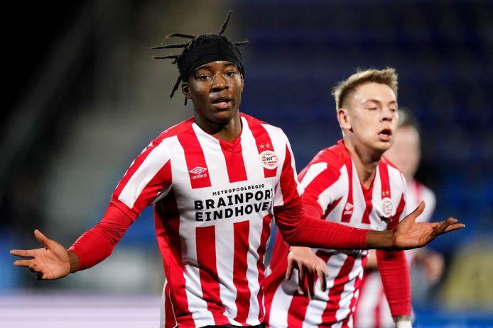 Noni Madueke (17) juicht na zijn goal namens Jong PSV tegen FC Den Bosch op 20 december.
