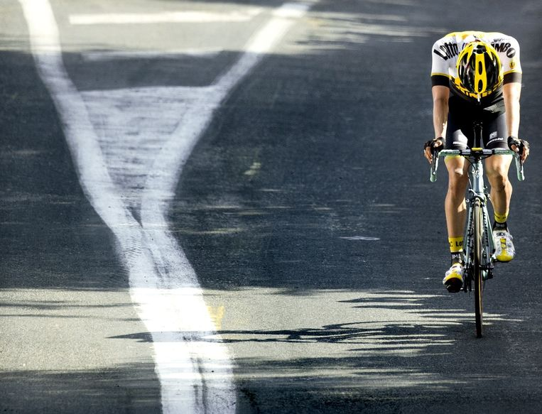 Even lijkt Wilco Kelderman Nederland een ritzege te bezorgen in de Tour maar 250 meter voor de finish achterhaalt het jagende peloton hem. Beeld Klaas Jan van der Weij