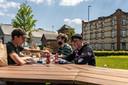 De leerlingen van het Oscar Romerocollege die de tafel maakten, mochten er ook als eersten aan picknicken.