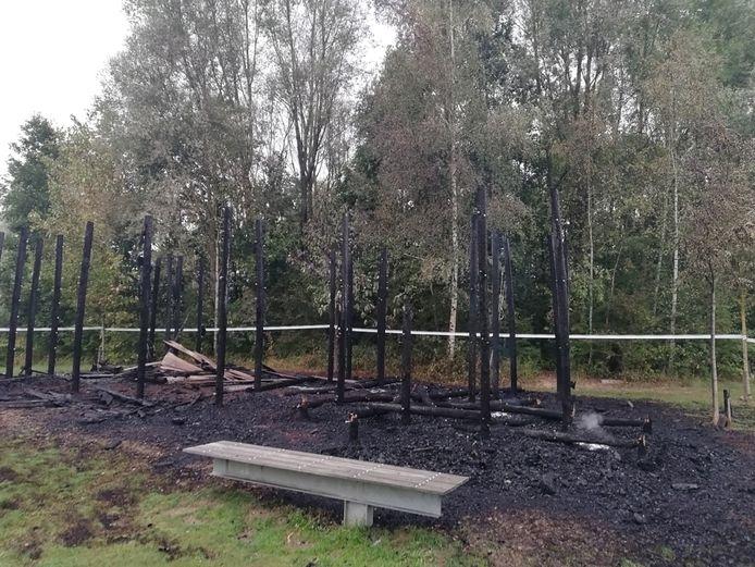 Van het vorige houten speelfort bleef er niets meer over na een brandstichting.