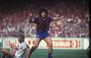 Diego Maradona bij FC Barcelona. Naast hem, Wim Hofkens van Anderlecht.