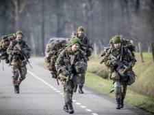 Militairen oefenen in Kapelle