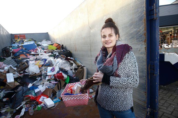 Quintie de Keijzer van Wawollie bij de afvalberg van onverkoopbare spullen.