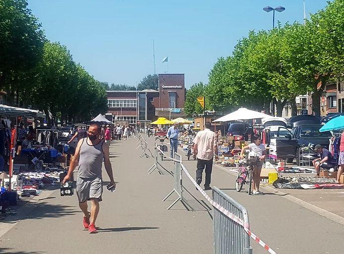 De eerste rommelmarkt sinds de start van de coronacrisis zorgt ervoor dat het momenteel gezellig toeven is op en rond de Grote Markt in Zelzate.