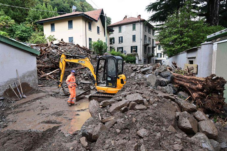 Het puin wordt geruimd na een aardverschuiving in Laglio, een stad in de provincie Como die werd getroffen door zwarte regenval. Beeld AFP