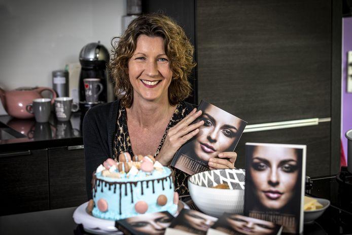 Wendy Eerland, die naast de zorg voor vier kinderen en de huishouding een cateringbedrijf is begonnen en een thriller heeft geschreven die morgen verschijnt.