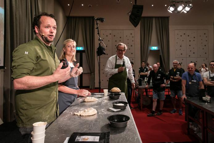 Waalwijkse bakker Edwin Klaasen haalt duizenden euro's op met broodbakken voor goed doel