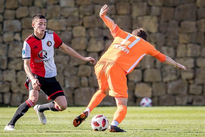 Jordy Wehrmann zet Karlruher SC namens Feyenoord met de rug tegen de muur. Weer eens wat anders dan een tribune op de achtergrond.