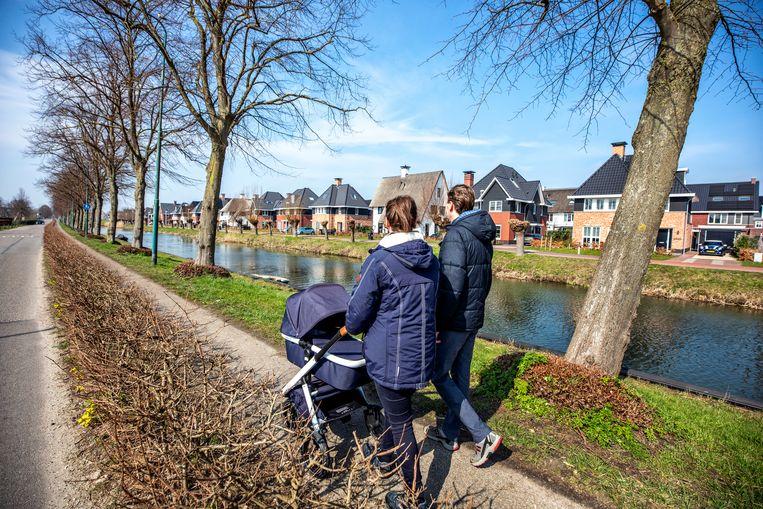 Wandelaars lopen langs de Leidse Rijn in De Meern.  Beeld Raymond Rutting / De Volkskrant