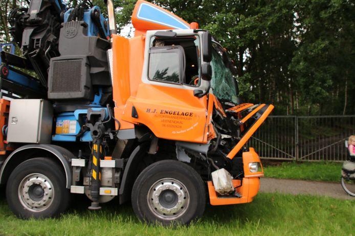 De chauffeur raakte bij de botsing met een andere vrachtwagen niet gewond.