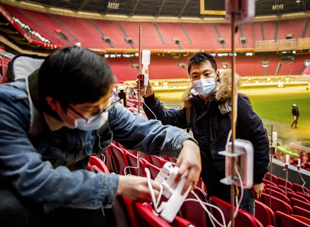 Onderzoekers in de Johan Cruijff ArenA voor een wetenschappelijk onderzoek. Een team van de Technische Universiteit Eindhoven doet onderzoek naar aerosolen in sportgebouwen.