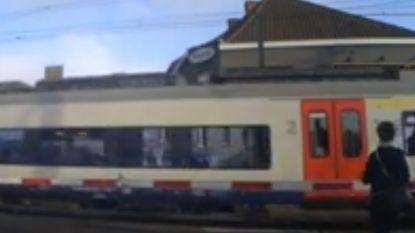 VIDEO. Levensgevaarlijk: ongeduldige voetganger negeert gesloten slagboom aan spoorwegovergang