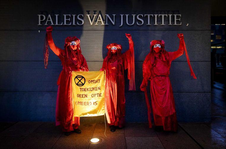 Actievoerders bij de rechtbank in Den Haag.  Beeld EPA