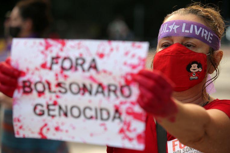Een protest tegen het optreden van president Bolsonaro tijdens de pandemie. Al 265 duizend Brazilianen overleden aan Covid.  Beeld REUTERS