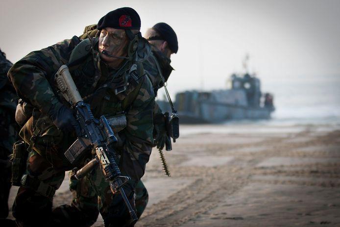 Mariniers tijdens een oefening op het Vlissingse Badstrand.