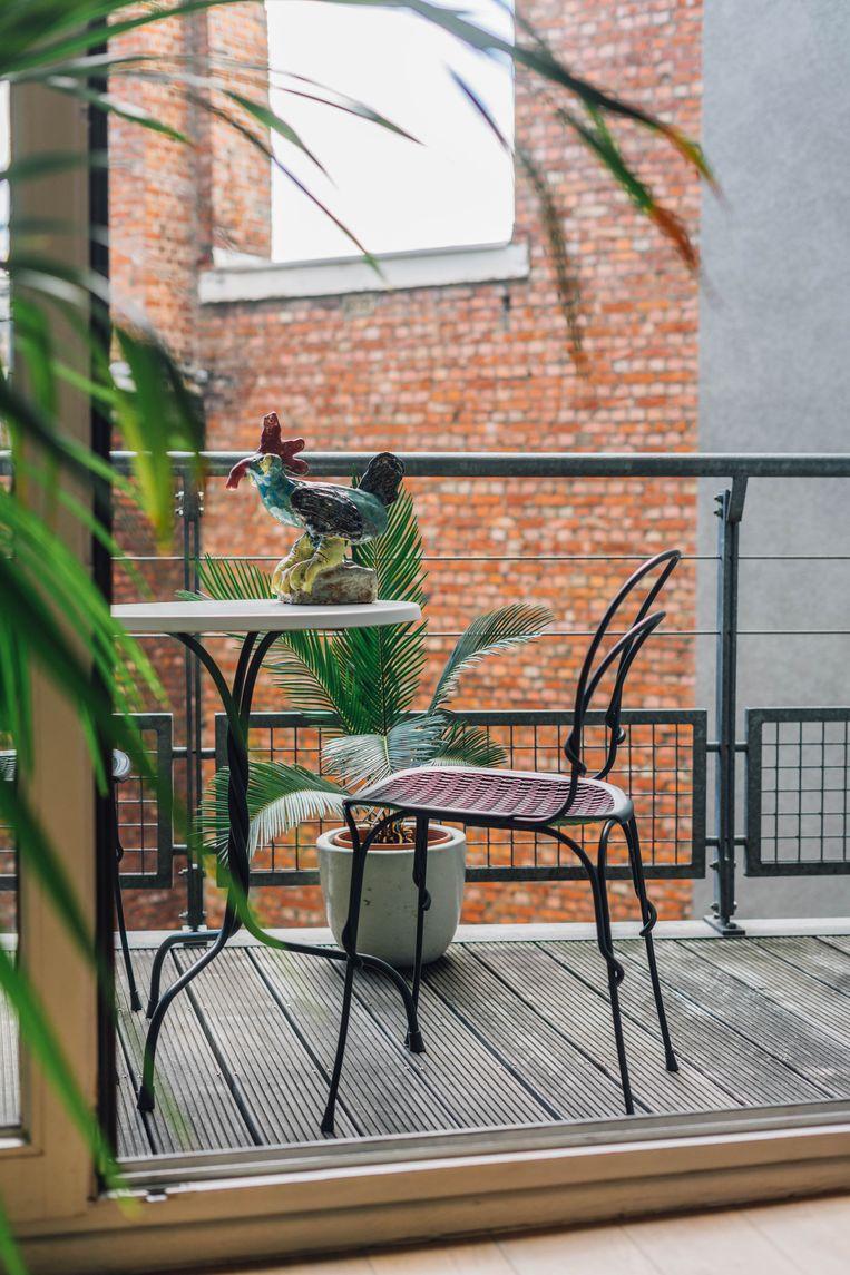 Bij zonnig weer vind je Beata op het balkon met een Belgisch biertje. Beeld Hannelore Veelaert