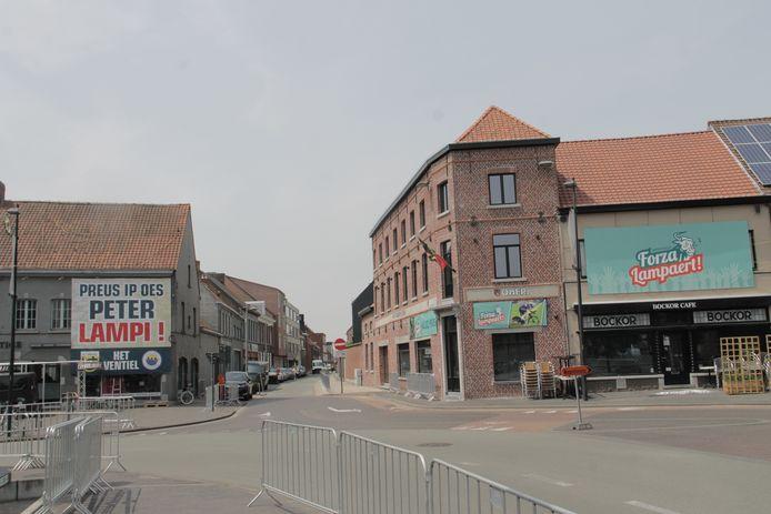 Ingelmunster is helemaal klaar voor het BK Tijdrijden van woensdag. De gemeente is omgetoverd in een Forza Lampaert-land.