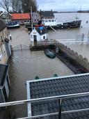 Met een beetje pech staat het terras van 't Veerhuys in Puttershoek in april onder water.