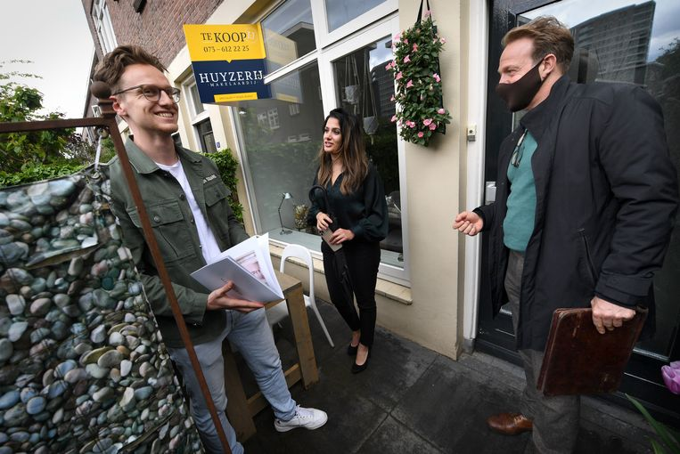 Het is voor starters bijna onmogelijk om aan een betaalbare woning te komen. Sirin en Jur bekijken een woning in Den Bosch. Beeld Marcel van den Bergh / de Volkskrant