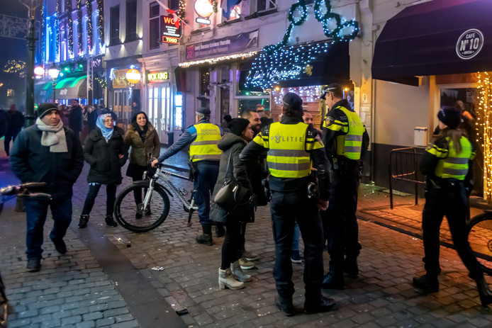 Politie op straat in Breda tijdens de nieuwjaarsnacht.