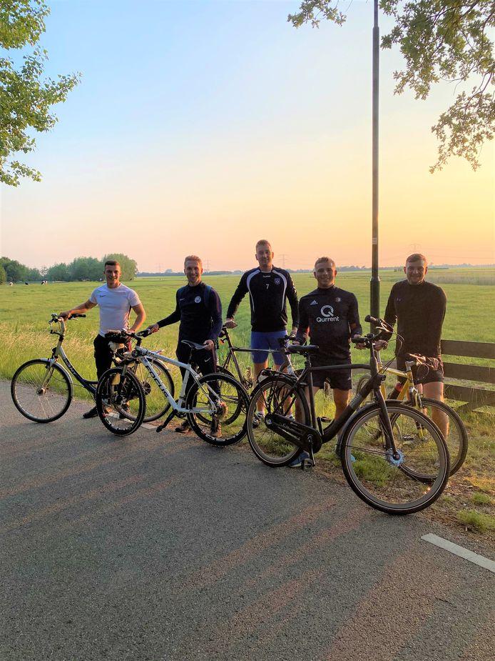 Een deel van de selectie van FC Oudewater stapte tijdens de voetballoze periode regelmatig op de fiets om samen een rondje te rijden.