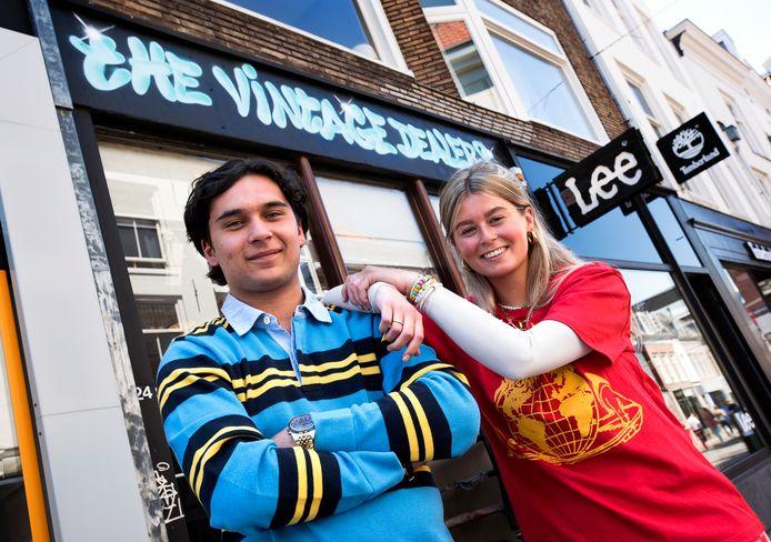 Sem Bosveld is pas 17 jaar en opende in mei zijn eerste winkel met vintage kleding aan de Steenweg in Utrecht. Rechts bedrijfsleider Loekie van Gils.