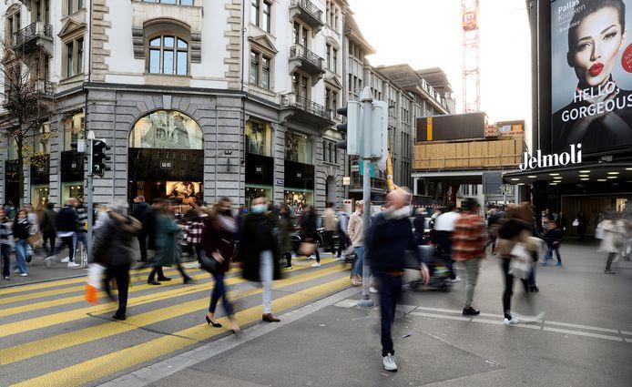 Veel winkelende mensen in Zürich