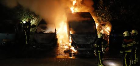 Drie geparkeerde auto's uitgebrand in centrum Grave