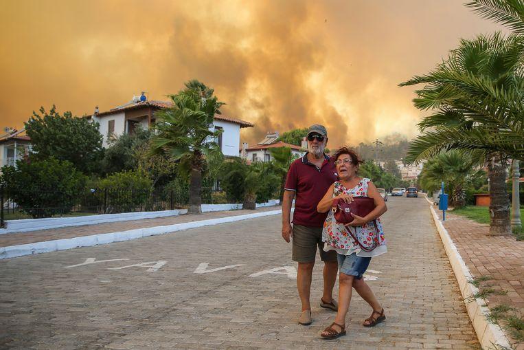 Ook de Turkse kustplaats Bodrum wordt door de aanhoudende geteisterd door natuurbranden. 'Luister alsjeblieft naar ons, we hebben dringend hulp nodig.'  Beeld AP