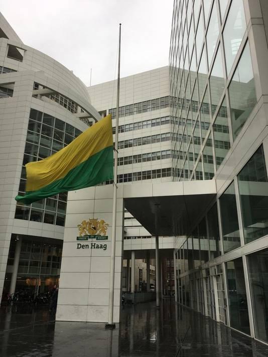 Vlag bij Haagse stadhuis halfstok om aanslag in Nieuw-Zeeland op moskeeën.