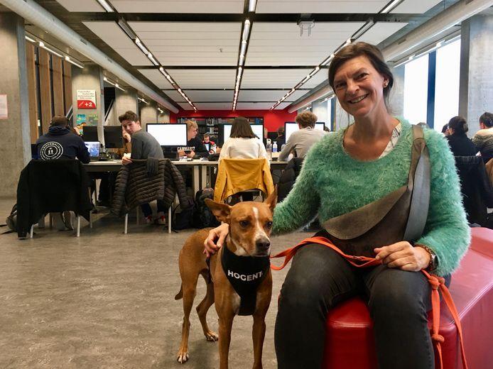 Ann Piron met Duke in een computerlokaal