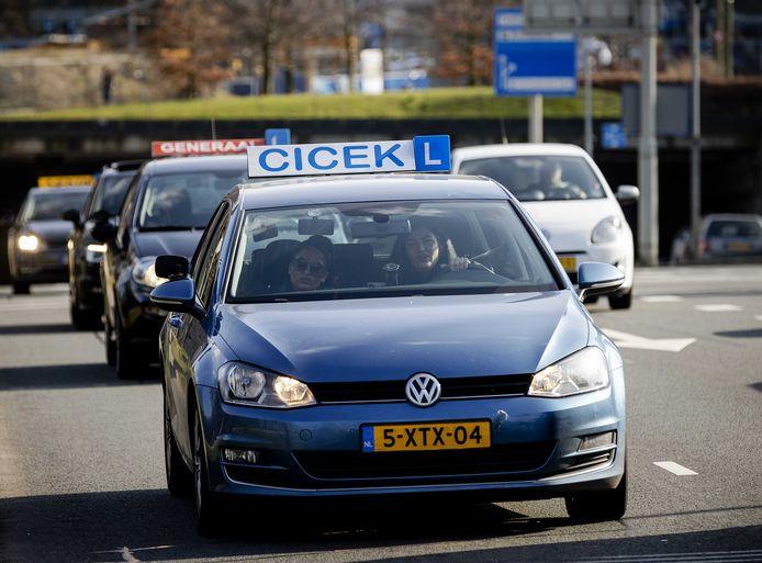 Demonstrerende rijschoolhouders reden gisteren nog vanaf het CBR (Centraal Bureau Centraal Bureau Rijvaardigheidsbewijzen) richting het Binnenhof.