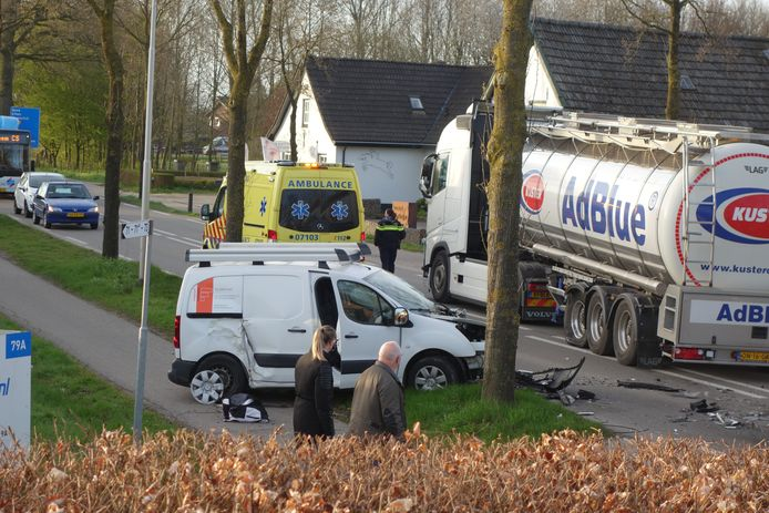 Een auto en vrachtwagen kwamen in Zevenaar vanochtend al vroeg in botsing met elkaar.