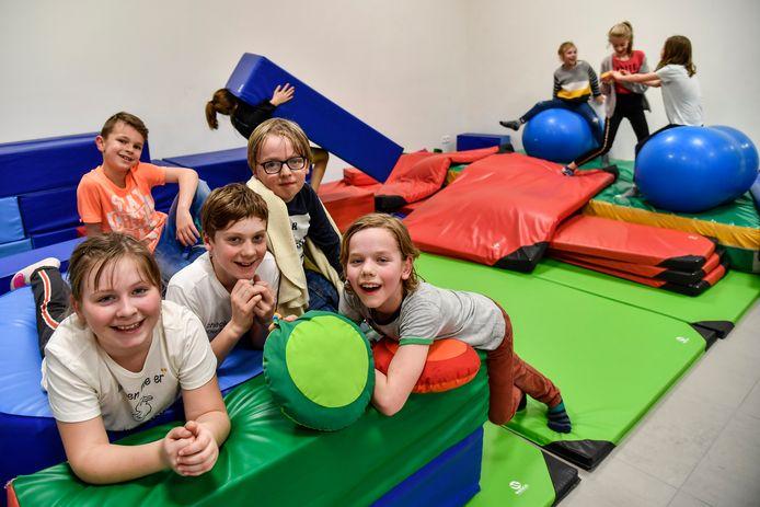 In de nieuwe IBO beschikken de kinderen over matten en kussens om kampen mee te bouwen.