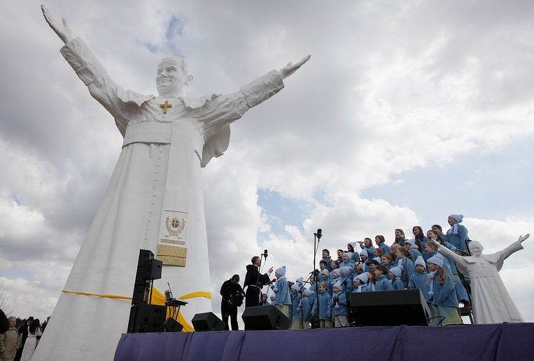 A children's choir takes part in the unveiling ceremony of the statue of the late Pope John Paul II in Czestochowa, Poland, on Saturday, April 13, 2013. Archbishop Waclaw Depo unveiled the 13.8-meter (45.3-foot) white fiberglass figure that was funded by a businessman, Leszek Lyson, in gratitude for what he believes was an intervention by the late pontiff in saving his drowning son. At right is a small replica statue. (AP Photo/Czarek Sokolowski) Beeld AP